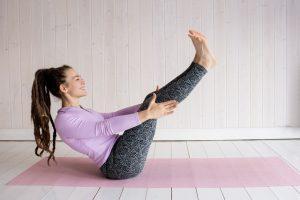 תוכנית אימונים לחיטוב בבית - מתיחת רגליים