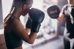 אימון איגרוף בבית בחורה