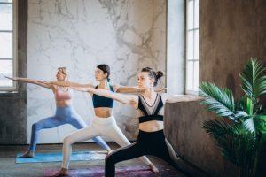 תרגילי יוגה למתחילים בבית - תנוחת הלוחם
